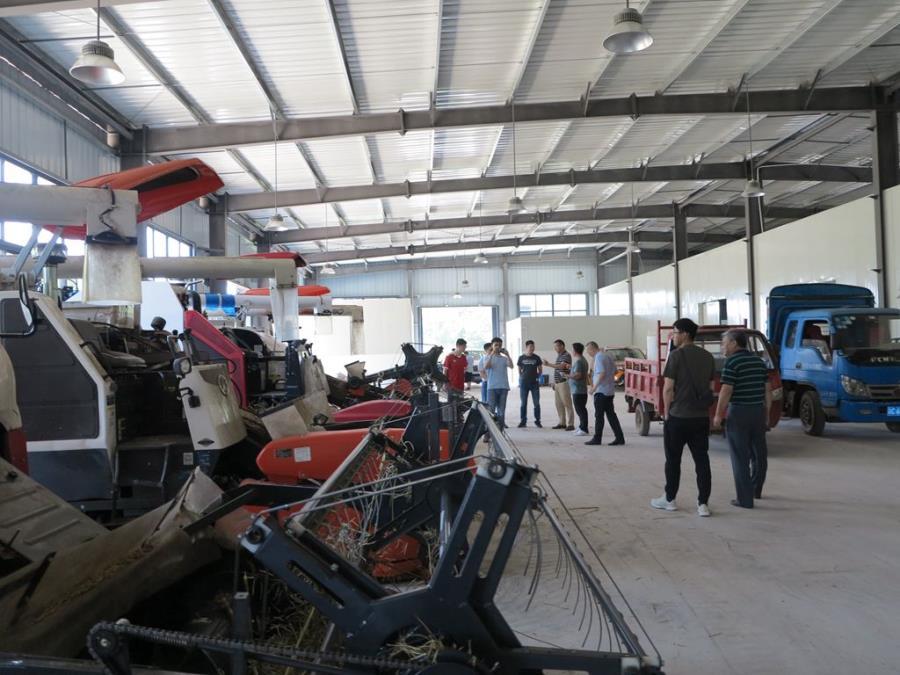 图为参观农机具停放库棚