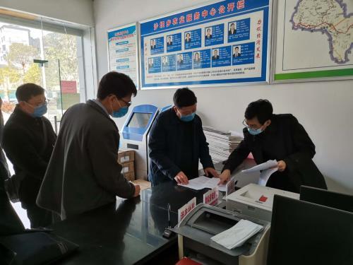 指导组在黔江区沙坝镇查阅生猪养殖底数