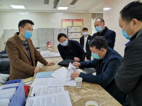 指导组在彭水县靛水街道查阅春防资料